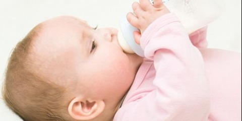 Правила першого прикорму малюків, які перебувають на штучному вигодовуванні